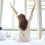 ۱۰ روش بسیار ساده و کاربردی برای اینکه صبح ها راحت بیدار شویم