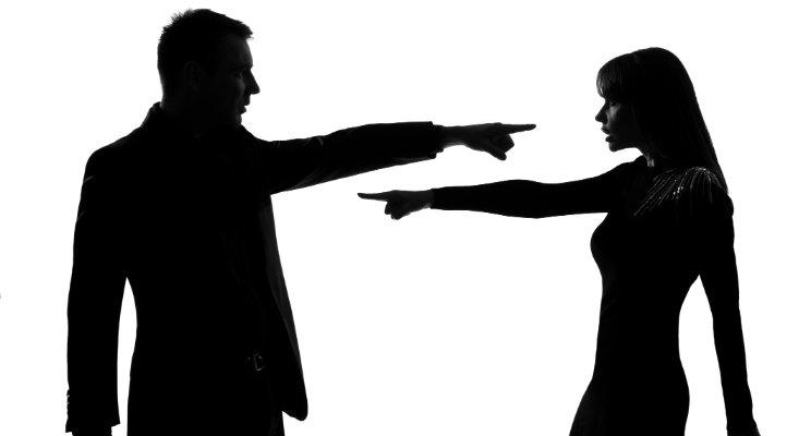سرزنشکردن مداوم دیگران بهخاطر مشکلات یا شرایط خودتان