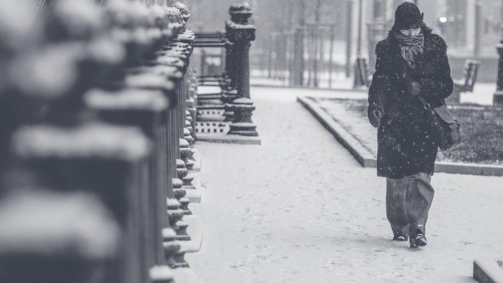 ۱۹ نشانهی اختلال خلقی فصلی که میتوانند حالات روحی زمستانیتان را توجیه کنند