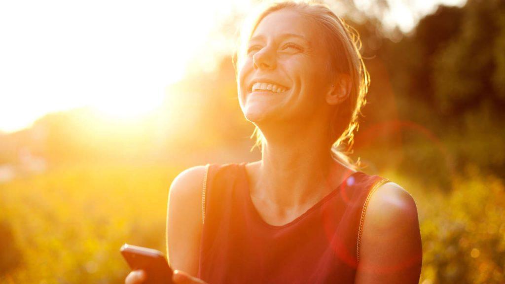 سروتونین نوعی هورمون ضد افسردگی و یکی از انواع هورمون های شادی؛ ۱۱ راه طبیعی برای افزایش ترشح سروتونین در مغز