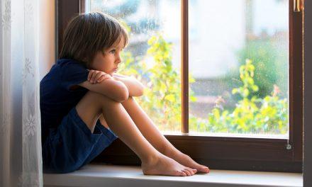 دلایل گوشه گیری کودکان و راههایی برای مقابله با آن