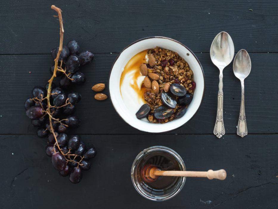 ۶. در قهوهتان، روغن نارگیل و کره بریزید.
