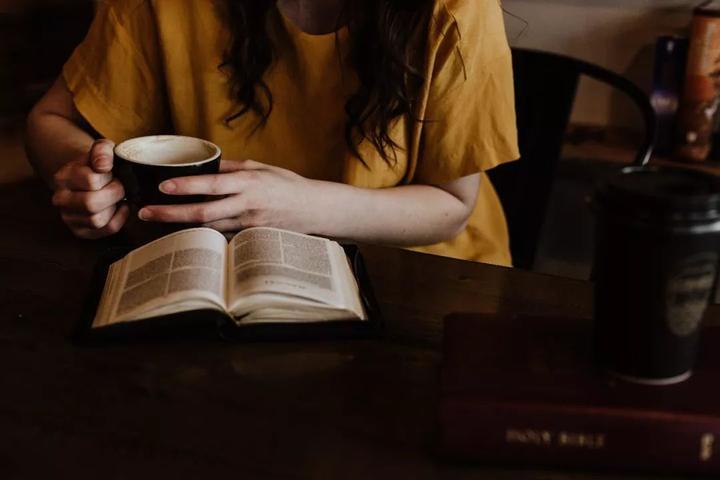 ۷. با صدای بلند کتاب بخوانید.
