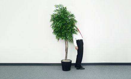 """چگونه کارکنانی که دچار """"اضطراب اجتماعی"""" هستند را تشخیص دهیم و از آنها حمایت کنیم؟"""