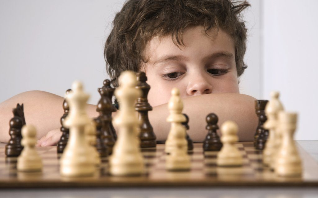 ۱۰ مورد از مهمترین فواید شطرنج برای کودکان