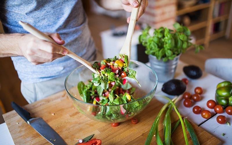 ۲. میوهها و سبزیجات را در رژیم غذایی خود بگنجانید.