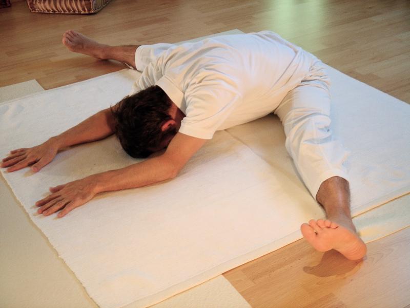 ۵. حالت نشستن با پاهای از هم گشوده (Upavistha Konasana)
