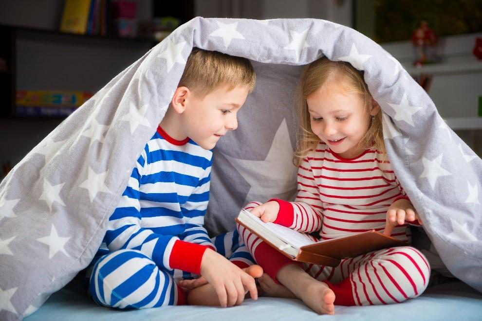 ۲. کتاب را دمدست کودک بگذارید.