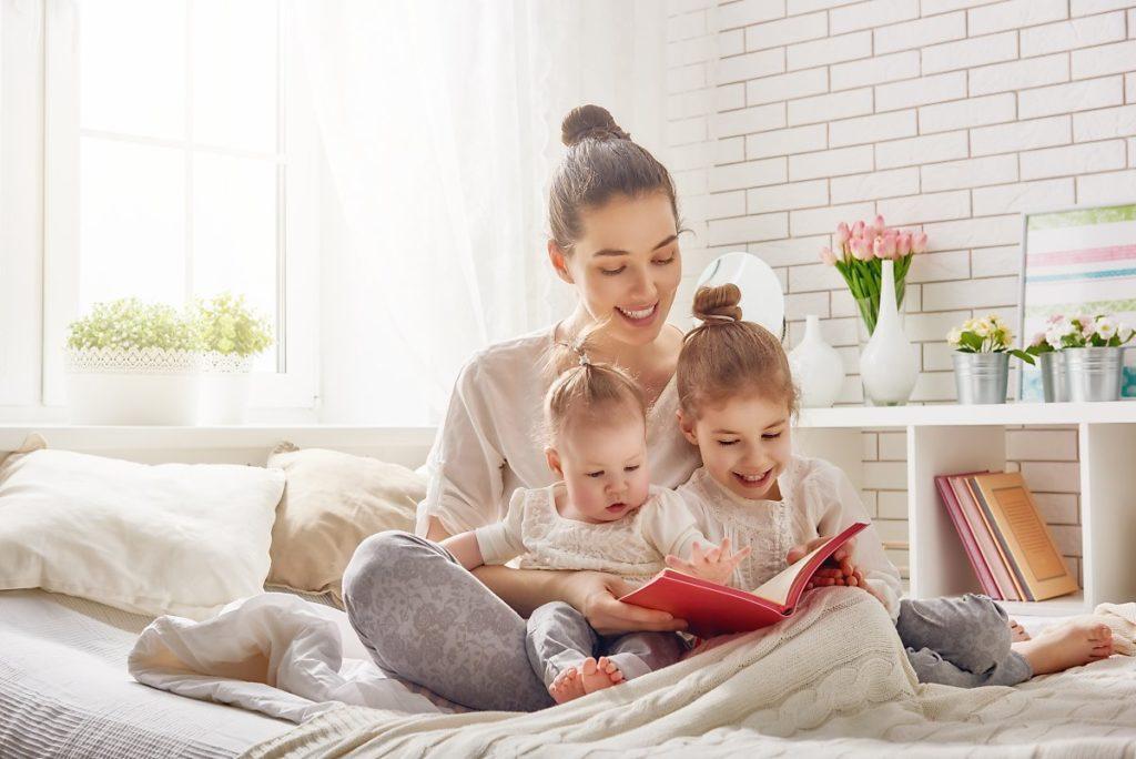 ۴. برای نوزادتان کتاب بخوانید.